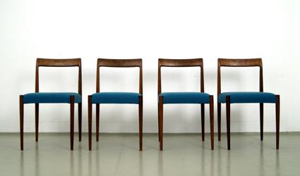 Vier Esszimmerstühle.