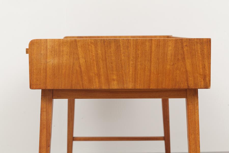 magasin m bel small mid century modern desk 678. Black Bedroom Furniture Sets. Home Design Ideas