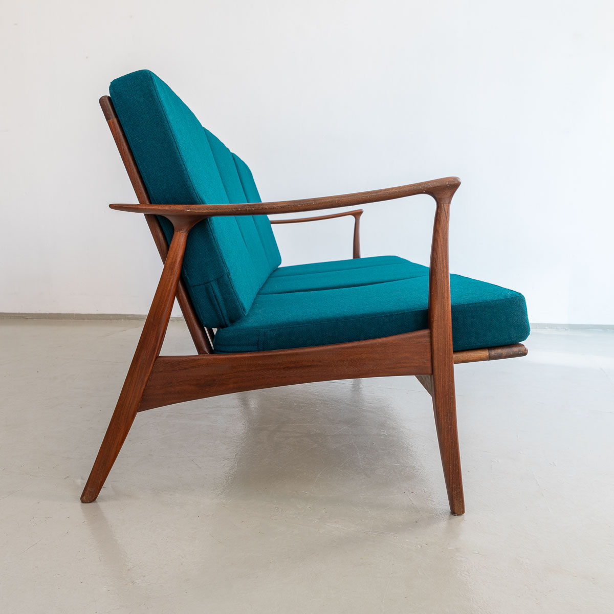 Midcentury modern Sofa in Teakholz